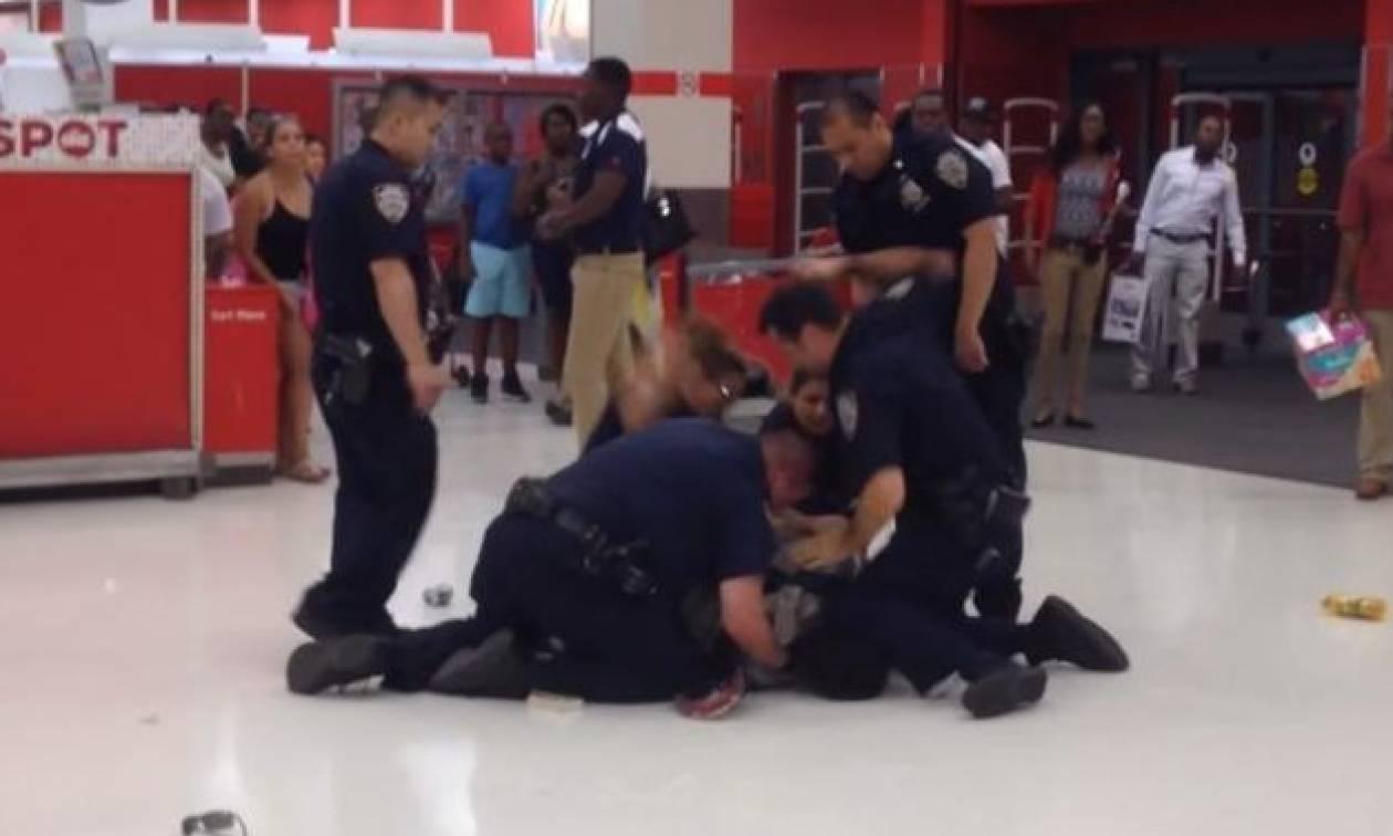 Πολλοί εναντίον ενός: Αστυνομικοί γρονθοκοπούν άοπλο και ακινητοποιημένο αφροαμερικανό (video)