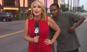 Photobombing σε ζωντανή σύνδεση: Δείτε την αντίδραση της δημοσιογράφου (video)