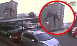 Έπεσε από το 17ο όροφο και έζησε – Δείτε το στιγμιότυπο (video)