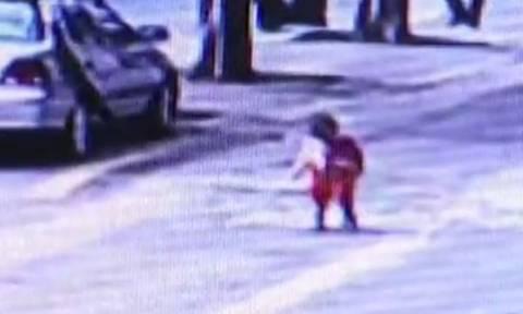 Παιδάκι γλύτωσε από θαύμα όταν πέρασε από πάνω του αυτοκίνητο - Δείτε το βίντεο