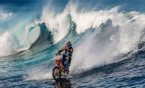 Σερφ με μοτοσικλέτα; Αυτός ο άνθρωπος το έκανε (video)