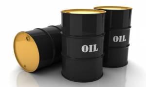 Σε ελεύθερη πτώση το πετρέλαιο: Σε χαμηλό 4 μηνών