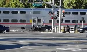 Αστυνομικός – ήρωας σώζει άνδρα από τις ράγες λίγες στιγμές πριν περάσει το τρένο (video)