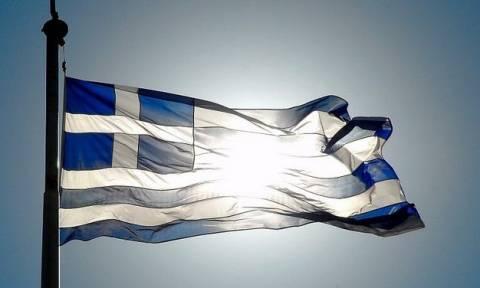 Ναύπλιο: Χειροπέδες σε πέντε άτομα που έκαψαν την ελληνική σημαία