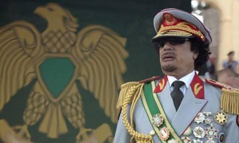 Λιβύη: Πυρά και πετροπόλεμος σε διαδήλωση υπέρ του Μουαμάρ Καντάφι