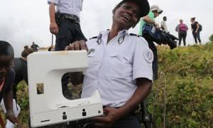 Ρεϊνιόν: Νέο εύρημα σε ακτή του νησιού που ίσως συνδέεται με τη χαμένη πτήση MH370 (photos)