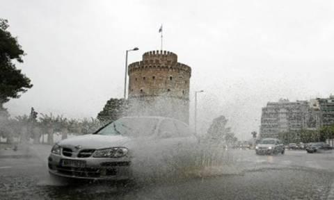 Θεσσαλονίκη: Προβλήματα από το ξαφνικό μπουρίνι - Δεκάδες κλήσεις στην Πυροσβεστική