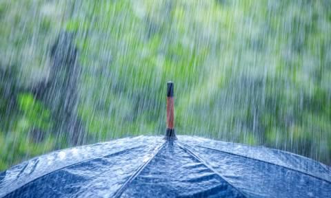 Έχει ο καιρός γυρίσματα: Στην παραλία υπό βροχή οι αδειούχοι του Αυγούστου