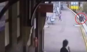 Σώθηκε κλάσματα δευτερολέπτου πριν περάσει το τρένο (video)