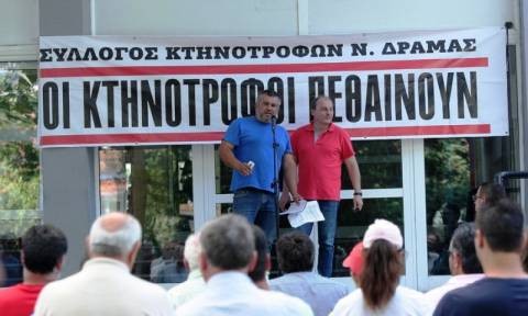 Συγκέντρωση αγροτών στη Δράμα - Δεν ψηφίζει τη συμφωνία ο βουλευτής του ΣΥΡΙΖΑ Χρ. Καραγιαννίδης