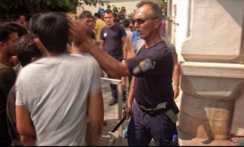 Ο αστυνομικός για το χαστούκι στον μετανάστη: «Τον χάιδεψα»
