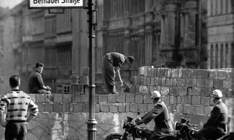 Σαν σήμερα το 1961 οι αρχές της αν. Γερμανίας αρχίζουν να κατασκευάζουν το τείχος του Βερολίνου
