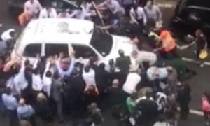 Βίντεο: Περαστικοί σήκωσαν ταξί με τα χέρια τους για να απεγκλωβίσουν 20χρονη!
