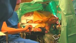 Συγκλονιστικό: Τραγουδά Σούμπερτ την ώρα που υποβάλλεται σε εγχείρηση εγκεφάλου (video)