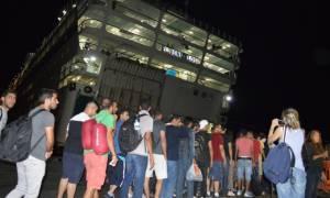 Οι πρώτοι πρόσφυγες επιβιβάστηκαν στο πλοίο «Ελ. Βενιζέλος» στην Κω (pics-vid)