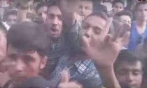 Λέσβος: Νέες συμπλοκές μεταξύ μεταναστών έξω από το Λιμεναρχείο (video)