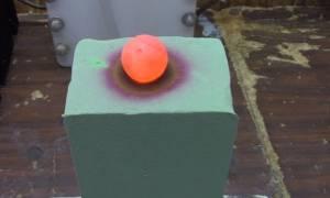 Κάτι εκπληκτικό συμβαίνει όταν βάλετε μια καυτή σφαίρα νικελίου πάνω σε αφρό! (video)