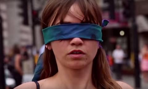 Γιατί αυτή η γυναίκα στήθηκε ημίγυμνη και με μάτια δεμένα στο κέντρο του Λονδίνου; (video)