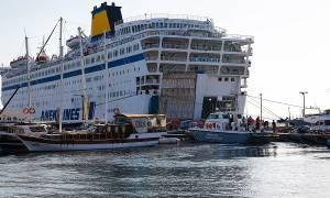 Έδεσε στο λιμάνι του Πειραιά το πλοίο με τους μετανάστες - Αποβιβάζονται ήδη