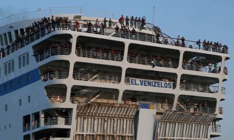 Στον Πειραιά το «Ελευθέριος Βενιζέλος» με 2.500 πρόσφυγες - Ένας νεκρός ανοιχτά της Μυτιλήνης