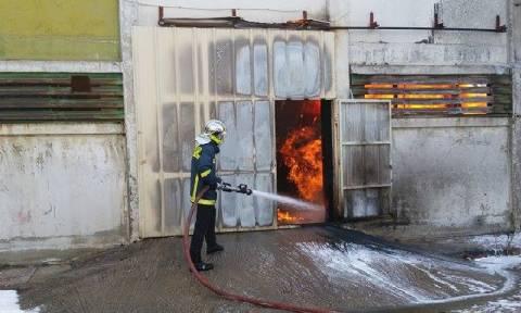 Θεσσαλονίκη: Ένας νεκρός από πυρκαγιά σε εργοστάσιο χρωμάτων