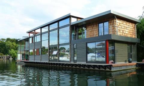 Θέα στον Τάμεση; Δείτε το πλωτό σπίτι που πωλείται στο internet (photos)