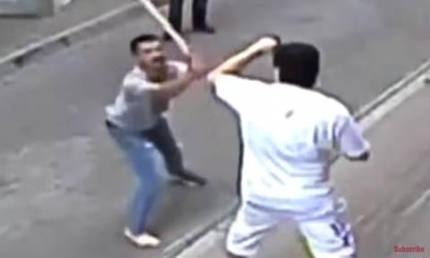 Ένας εναντίον όλων: Ιρλανδός «μποξέρ» βγάζει «νοκ άουτ» τους εξαγριωμένους διώκτες του (video)