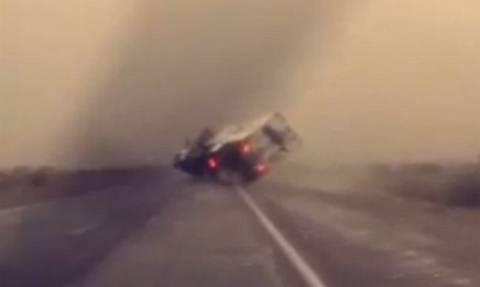 Συγκλονιστικό ατύχημα: Φορτηγό ανατρέπεται λόγω αμμοθύελλας (video)