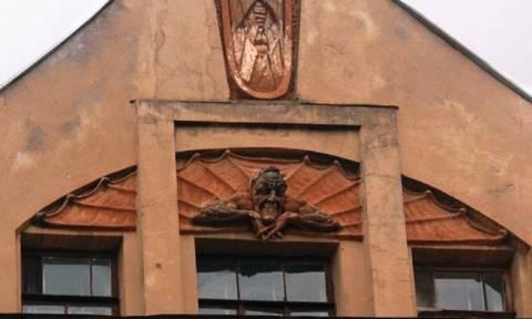 Πιστοί κατέστρεψαν το ανάγλυφο ενός «δαίμονα» στην πρόσοψη ιστορικού κτιρίου της Αγ. Πετρούπολης