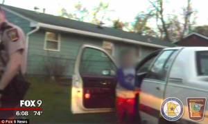 Σοκ: Οκτάχρονος συνελήφθη να οδηγεί το αυτοκίνητο της μητέρας του (video)