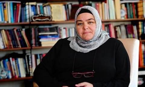 Υπουργός φορά ισλαμική μαντίλα για πρώτη φορά στην ιστορία της Τουρκίας