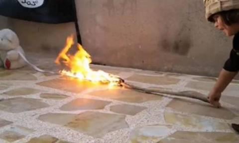 Φρίκη: Νήπιο «τζιχαντιστής» παραδίδει στην πυρά το αρκουδάκι του (photos)