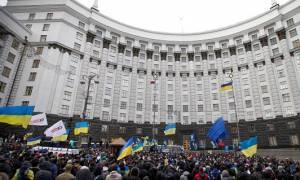Έκρηξη και επεισόδια με δεκάδες τραυματίες έξω από το κοινοβούλιο της Ουκρανίας (videos)