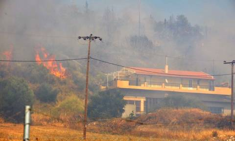 Σε εξέλιξη μεγάλη φωτιά στην Πάτρα - Απειλήθηκαν σπίτια - Τραυματίες δύο πυροσβέστες (photos-videos)