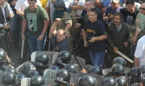 Ουκρανία: Ένας νεκρός και δεκάδες τραυματίες σε συγκρούσεις έξω από τη Βουλή (photos+videos)