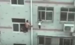 Δραματική διάσωση κοριτσιού που κρεμόταν από τον 4ο όροφο με μια... σφουγγαρίστρα! (video)