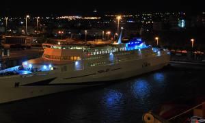 """Στο λιμάνι του Πειραιά το καταμαράν """"ΤΕRA JET"""" με 1.749 μετανάστες από τη Μυτιλήνη"""