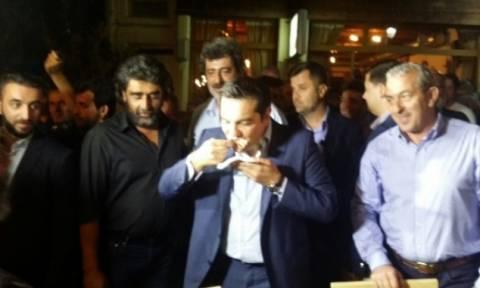 Εκλογές 2015: Εκτός από ρακή και οφτό οι Ανωγειανοί «κέρασαν» και μία μαντινάδα τον Τσίπρα