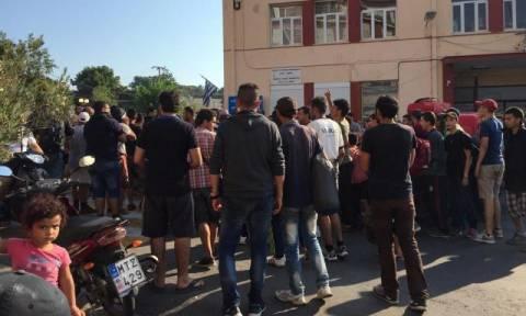 Ένταση στην Μυτιλήνη - Μετανάστες διαμαρτύρονται στο λιμάνι (video)