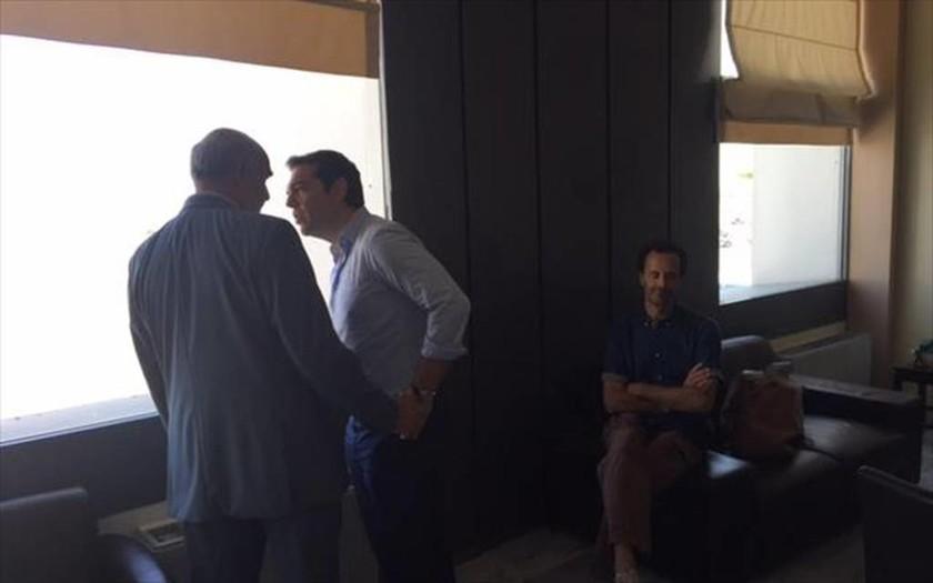Εκλογές 2015 – Τυχαία συνάντηση Τσίπρα – Μεϊμαράκη στο αεροδρόμιο Ηρακλείου (pics)