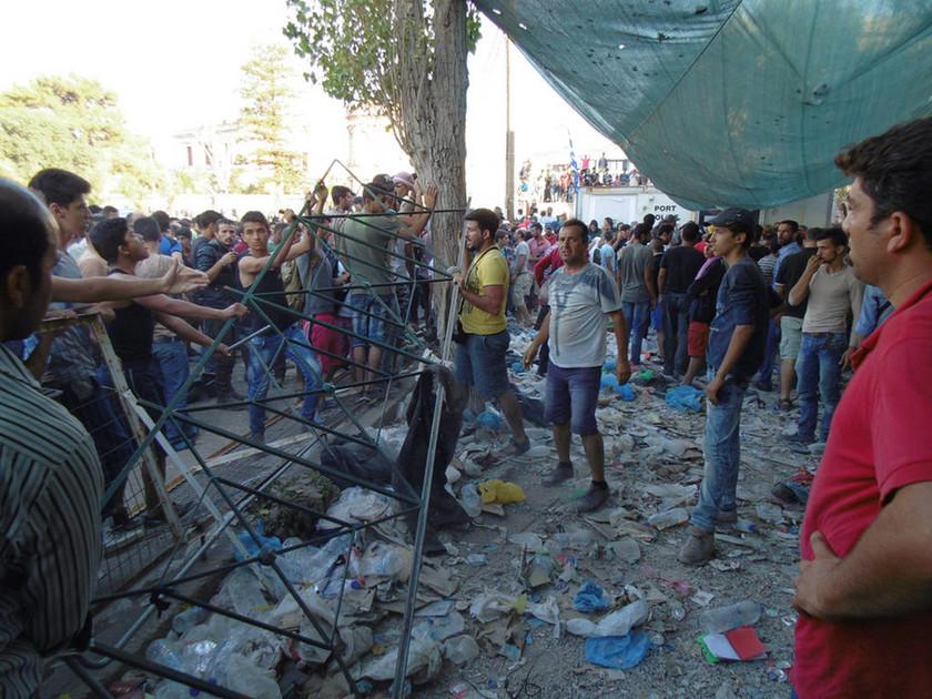 Νέα ένταση με μετανάστες και πρόσφυγες στη Μυτιλήνη (photos - video)