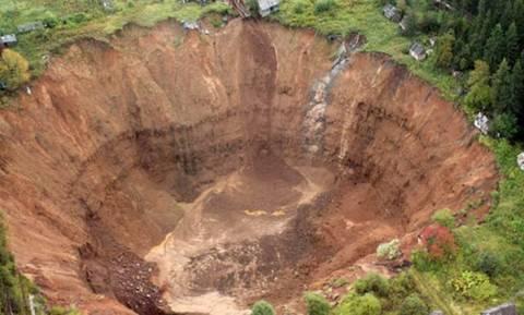 Τρομακτικό – Γιγαντιαία τρύπα «καταπίνει» σπίτια στη Σιβηρία