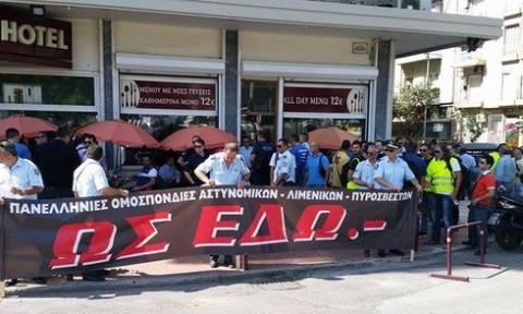 ΔΕΘ: Διαμαρτυρία ενστόλων έξω από το κτήριο της ΔΕΘ (pics)