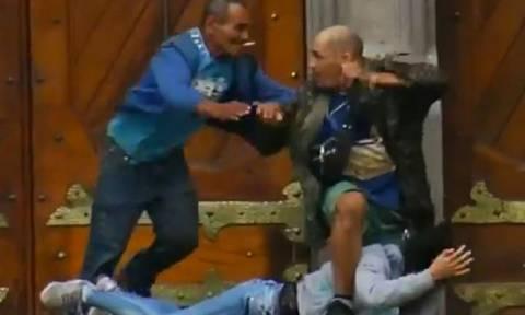 Τραγική κατάληξη ομηρίας: Ο δράστης πέφτει νεκρός μπροστά στην κάμερα (video)