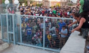 Εκρηκτικό το κλίμα στη Μυτιλήνη-Εγκλωβισμένο παραμένει πλοίο που θα μετέφερε μετανάστες στον Πειραιά