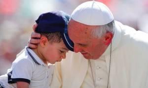 Βατικανό: Ο Πάπας καλεί τις ενορίες της Ευρώπης να φιλοξενήσουν από μία οικογένεια προσφύγων