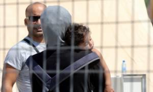 Μυτιλήνη: Μωρό επτά μηνών διασώθηκε από μισοβυθισμένη βάρκα – Κομμένη στα δύο η πόλη από μετανάστες
