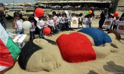 Τεράστιο γλυπτό του μικρού Αϊλάν από άμμο σε παραλία της Γάζας (photos)