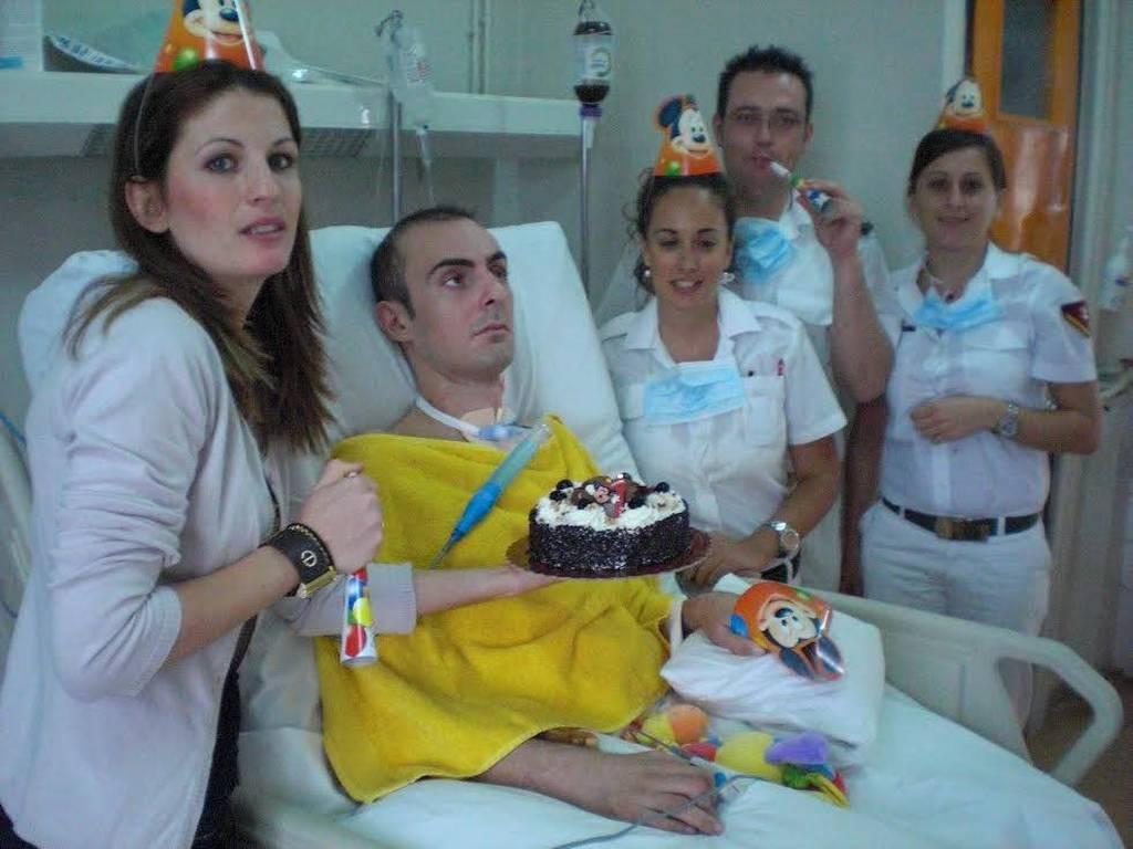 ΣΥΓΚΛΟΝΙΣΤΙΚΗ ΦΩΤΟ: Η σύζυγος του Λαζαρίδη του είχε κάνει πάρτι γενεθλίων στο νοσοκομείο!