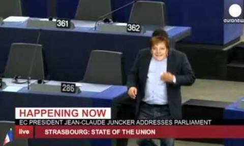 Ιταλός ευρωβουλευτής ντύθηκε... Μέρκελ και διέκοψε την ομιλία του Γιούνκερ (video)